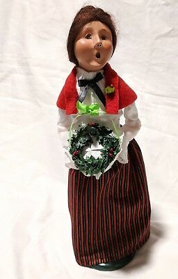 """Byers Choice Carolers Woman Wreath 13"""" Tall 2009 Chalfont Christmas Singer"""