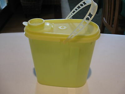 TUPPERWARE vintage 2 qt yellow beverage buddy slim oval pitcher w/handle &  lid