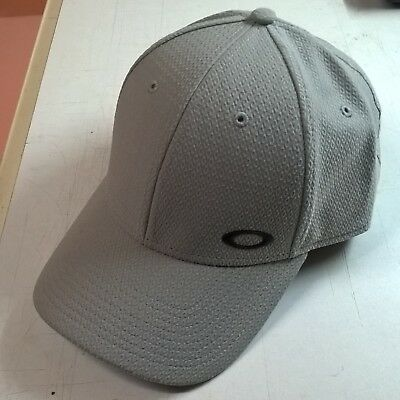 Oakley stone grey golf cap - like new. One size fits all, adjustable.