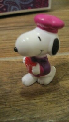 Peanuts Snoopy PVC Valentine Whitman Candy figurine Snoopy with heart candy box