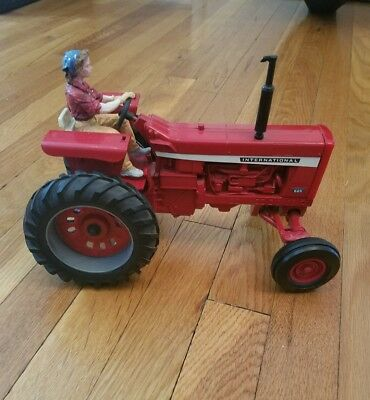 Vintage International Tractor woman farmer driver Farmall 826  die cast 1/16