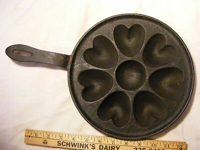 >>  Circa 1870 Heart Shaped , Muffin Pan with Handle < gate marked , cast iron