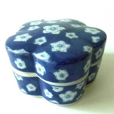 Vintage Chinese Oriental Blue And White Round Lobbed Lidded Box White Flowers