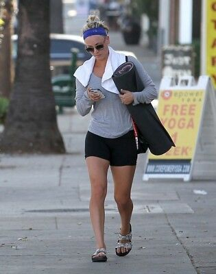 Kaley Cuoco With The Cell Phone In His Hand 8x10 Glossy Photo Print