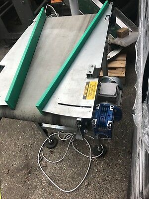 conveyor with belt and adjustable sides