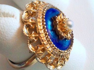 REGENCY COSTUME RING.Round Central Pearl.Finely Enameled Blue Mount.Gold Tone.