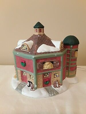 1997 Dickens Towne Series Lighted Porcelain Barn With Silo