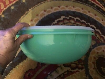 Tupperware Vintage Fix-N-Mix Bowl Green with Lid —-Holds 26 Cups