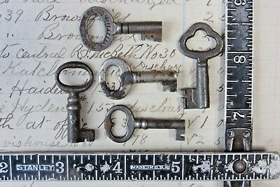 Lot of 5 Vintage Skeleton Keys Small Old Metal Jewelry Crafts Art Antique  a
