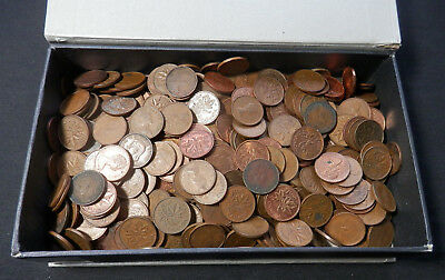 Canada, A Box Containing Over 3 Lbs Of Canadian Pennies (Est 300 - 400 Coins)