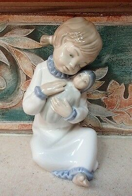 "NAO by Lladro #566 ""Girl Singing a Lullabye"" girl with baby doll - MWOB,RV$125"