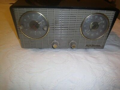 Vintage 1954 model 4-C-672 RCA Victor AM tube type radio with clock alarm works
