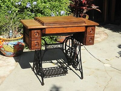 1915 Antique Singer Sewing Machine with Puzzle box & Thread