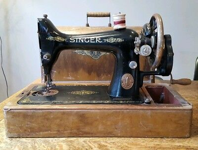 Singer Sewing Machine - Vintage - Retro - Wooden Case
