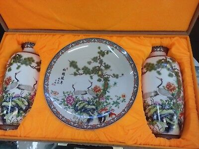 Chinese Porcelain Set 2x Urns & Plate in Display Box