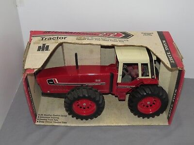 Vintage ERTL International Harvester 3588 Diecast 2+2 Toy Tractor 1:16 IH NIB
