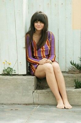 GLOSSY PHOTO PICTURE 8x10 Linda Ronstadt Feet