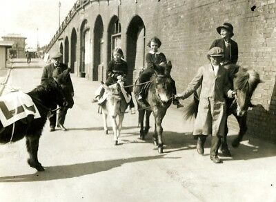 Chidren Beach Donkey Riding at Brighton enfants à dos d'ânes Vintage Photo 1935