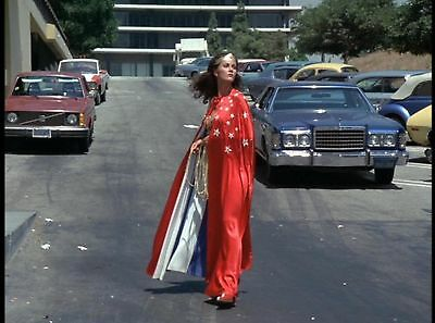 GLOSSY PHOTO PICTURE 8x10 Lynda Carter On The Street