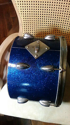 Slingerland blue sparkle tom from the 1950s. In relatively good condition.