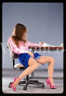 VINTAGE ORIGINAL 35mm SLIDE BRUNETTE FEMALE LEGGY PINUP TRANSPARENCY 337