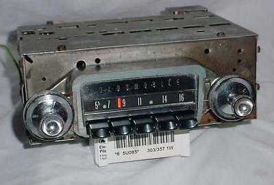 NICE CLEAN 1961 62  OLDSMOBILE F-85 DELCO AM RADIO with knobs 989387