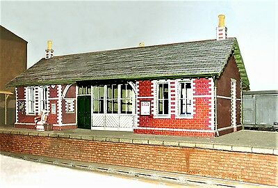 00 Gauge railway building kits in pre-printed coloured card for OO scale layouts