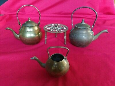 VINTAGE BRASS TRIVET WITH 3 x SMALL TEAPOTS KETTLES