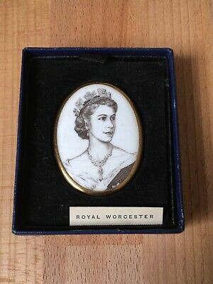royal worcester queen elizabeth ii coronation brooch june 2nd 1953 bone china 35 00 picclick uk royal worcester queen elizabeth ii