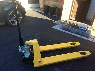Pallet Truck With Hydraulic Pump Handle Lift.