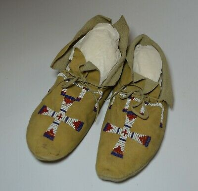 Good Native American Indian Plains beaded moccasins