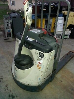 crown pallet jack truck fork lift newark ohio has 44 hours on it!!!!!
