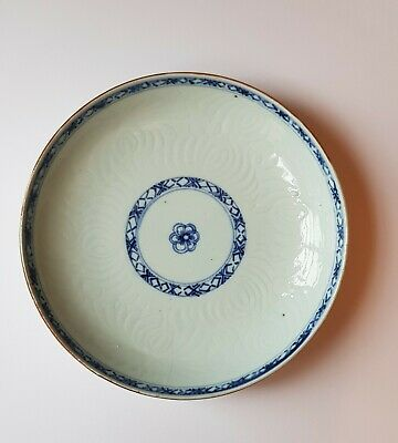 Antique Chinese porcelain plate 18e century, blue painting, engraved patern 21cm