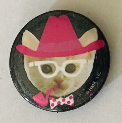 Cool Cat Meme Dressed Up Hat & Pipe Button Badge Pin Vintage (L43)
