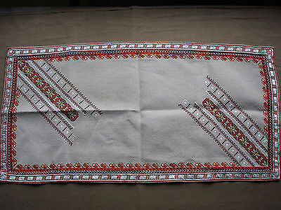 #722  Beautiful Vintage Hand Embroidered Linen Table Runner 70cm/35cm(27''/14'')