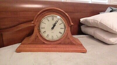 Oak mantle clock, Quartz, Beautiful Coloring and Case and Style. 18x11.5x7