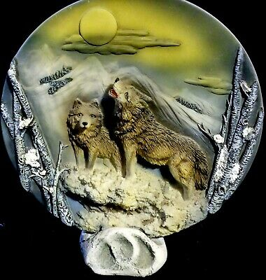 """EUC 3-D Wolf Plate & Stand, Two Wolves in Snow on Moonlit Night, 6.88"""" Diameter"""