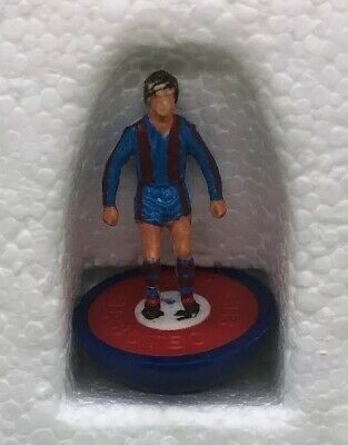 One Spare Subbuteo LW Player - Barcelona (Red Inner) - Reference 472
