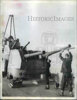 1943 Press Photo Sailors on Royal Navy Cruiser Clean Guns in Convoy to Malta