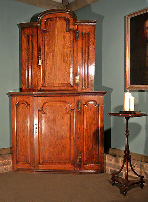 Beautiful 18th Century Figured Mahogany Bow Fronted Corner Cabinet c.1790