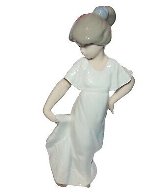 Nao by Lladro  Figurine Girl  ' How pretty '  #1110 1st Quality  (7886)