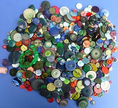 Large Tin of 100s Interesting Vintage Buttons Plastic Celluloid Bakelite 1930s+