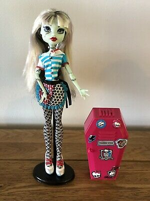 Monster High Frankie Stein Classroom Home Ick Doll With Locker Stand & Hairbrush
