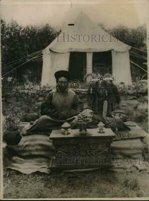 1921 Press Photo Tibetan chief and wife in his garden have picnic - mjz07539