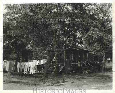1981 Press Photo Sayre, Alabama-Clothes dry on line of one of Sayre's duplexes