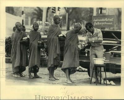 1986 Press Photo Buddhist monks in Bangkok stand in line to receive food