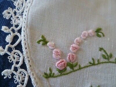 VINTAGE HAND EMBROIDERED PINK GRUB ROSES SMALL DOILEY WHITE TATTED EDGE 18cms