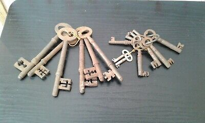 JOB LOT OF 16 VINTAGE ARCHITECTURAL ANTIQUE LARGE & SMALL KEYS-steampunk/upcycle