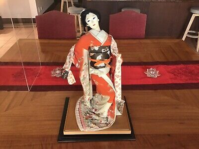 LARGE ANTIQUE JAPANESE GEISHA DOLL FROM 1950s IN DISPLAY CASE (60cm)