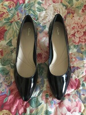 BN Lovely Ladies Clarks Black Leather/patent Court Shoes Size Uk  7.
